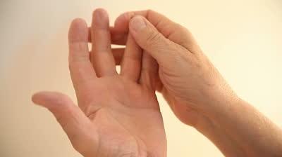 Болит безымянный палец на левой руке