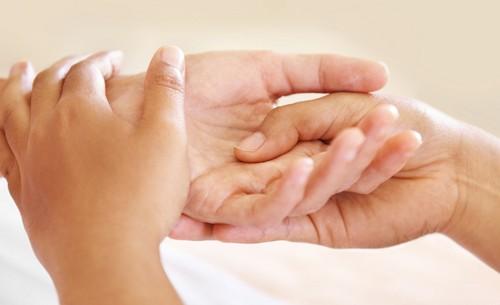 Болит левый указательный палец